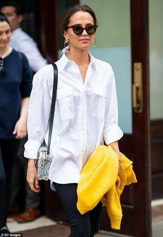 Alicia Vikander keeps things casual in an oversized white shirt 80s Fashion, Daily Fashion, Boho Fashion, Fashion Dresses, Fashion Ideas, Fashion Tips, Looks Style, Style Me, Alicia Vikander Style