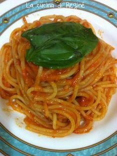 lo scarpariello antico piatto della cucina napoletana fatto con pochi e semplici ingredienti, pasto sugo e formaggio