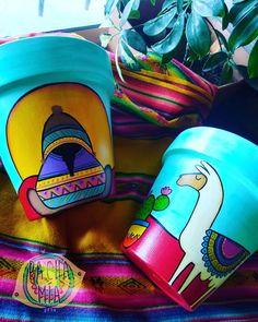 🌵MIREN ESTE COMBITO NORTEÑO🌵 Es lo más hermoso! Se nota que amo el norte? (Aunque aún no lo conozco 🙄😪) 💚Colores cálidos, acogedores y vivos! Que alegran cualquier rinconcito de casa. 😍  Nota: EXIJO el emoji de una llama por favorrrrrrr  #PachaMía #hechoconamor #pintadoamano #macetaspintadas #cactus #suculentas #color #artesanal #naturaleza #llamas #llamanorteña #arte #dibujo #animales #plantas #diseño #coyas #cuyo #aguayo #PachaMíaDecoHome #decoracion Diy Home Crafts, Garden Crafts, Crafts To Do, Flower Pot Art, Flower Pot Crafts, Painted Clay Pots, Painted Flower Pots, Bottle Art, Warm Colors