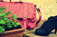 Look do dia: saia de couro + bolsa colorida | Passaporte do Luxo