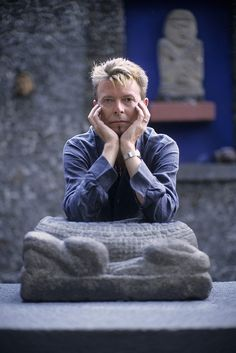 David Bowie at Frida Kalho´s house/museum in Coyoacan, on the south side of Mexico City. October 22, 2004.