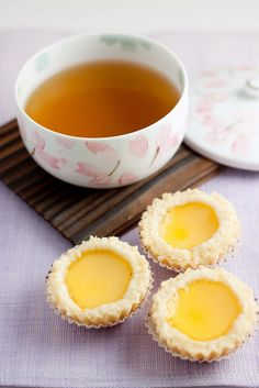 Hong Kong Egg Tarts – Flaky Egg Tart, 酥皮蛋挞 — Weum Elnan - Thick flaky crust just like at dim sum Pastry Recipes, Dessert Recipes, Cooking Recipes, Asian Desserts, Asian Recipes, Chinese Desserts, Lemon Recipes, Chinese Egg Tart, Portuguese Egg Tart