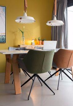 Kleurrijk, comfortabel én stijlvol: dat is stoel Doulton van Zuiver! De gestoffeerde zitting zorgt voor een fijn zitcomfort. Deze makkelijke stoel kan gecombineerd worden met elke woonstijl en staat extra mooi in een romantisch of Scandinavisch interieur.