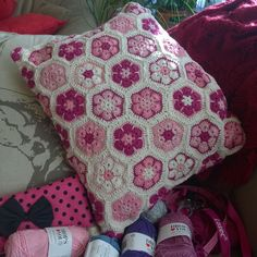 And finished! After several different plans and 5 years. Better late than never. Huh? #africanflowerhexagon #garnstudiodrops #dropsyarns #dropssafran #africanflowers #crochetpillow #crocheing #instacrochet #crochetersofinstagram #crochet #hooked #hook #instacrochet #crochets #crochetproject  #crochetcreations by judiuni