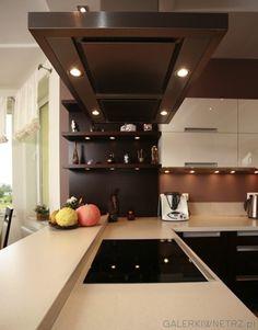Elegancka kuchnia w brązach i różnych odcieniach ecru. Jest to kuchnia półotwarta, ...