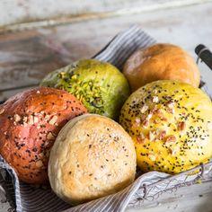 Warum nicht mal was Neues ausprobieren? Bunte Burger-Buns sind nicht nur schön anzusehen, sondern auch total im Trend. Gefärbt werden sie mit Gemüsepulvern.