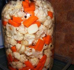 """Ďalší z receptov """"starej matere"""". Každý iste pozná chuť karfiolu. Vyprážaný, varený, mixovaný... ale kvasený karfiol je skutočná lahôdka. Neveríte? Vyskúšajte! Pickle Jars, Kimchi, Preserves, Pickles, Ham, Food And Drink, Healthy Recipes, Cheese, Snacks"""