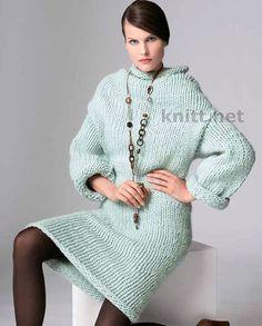Платье голубого цвета из толстой пряжи