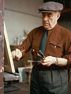 Fernand Léger, né le 4 février 1881, à Argentan (Orne) et mort le 17 août 1955, à Gif-sur-Yvette (Essonne), est un peintre français, aussi créateur de cartons de tapisseries et de vitraux, décorateur, céramiste, sculpteur, dessinateur, illustrateur. Ici,  Fernand Leger en 1965.