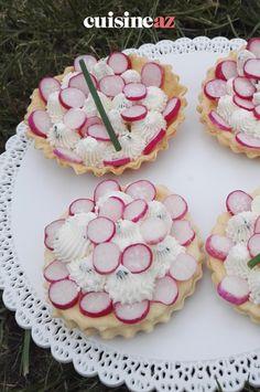 Ces tartelettes au carré frais et radis roses peuvent être servies lors d'un pique-nique par exemple. #recette#cuisine#tartelette #fromage #radis#patisseriesalee Tartelette, C'est Bon, Desserts, Food, Salty Tart, Tarts, Cheese, Tailgate Desserts, Deserts