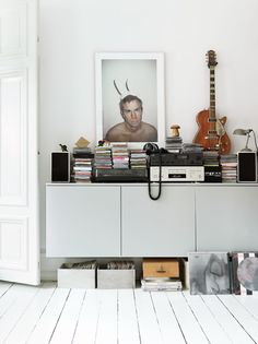 STYLIST EMMA LAGERBERGS HOME I'm totally smitten with those pictures photographer Petra Bindel took of stylist Emma Persson Lagerberg's home for Elle Interiör. Via the studio 325 Would like to live. Elle Decor, Home Deco, White Floorboards, Deco Buffet, Estilo Hipster, Decoration Bedroom, Room Decor, Interior Decorating, Interior Design