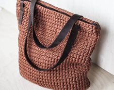 Everyday Tote Bag/ Crochet Shoulder Bag/ Everyday Woman's Bag/ Shopper Bag/ Tote Bag/ Everyday Bag Tote/ Brown Tote/ Crochet Tote Recycled - Lilly is Love Diy Crochet Video, Diy Crochet Bag, Chunky Crochet, Chunky Yarn, Crochet Videos, Recycled Yarn, Recycled T Shirts, Jeans Und Hoodie, Tshirt Garn