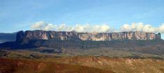 Monte Roraima > Único representante do Brasil na lista, o Monte Roraima é um daqueles locais extraordinários que só a natureza é capaz de criar. Uma formação rochosa que mais parece uma mesa situada no meio de uma densa floresta tropical cercada por falésias com mais de 1000 metros de altura é um dos destaques da lista na América do Sul.