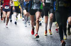 Many people run marathons as a way of keeping fit. But marathon running has it's difficulties. It's important to know how to train for a marathon. City Marathon, First Marathon, Half Marathon Training, Marathon Recovery, Marathon Tips, London Marathon, Ultra Marathon, Running Tips, Marathon Training