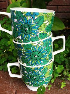 Style Teacups ----------- I just ***LOVE!*** the print of these amazing teacups! Vintage Kitchenware, Vintage Dishes, Vintage Tea, Vintage Love, Retro Vintage, Retro Home, Mug Shots, Kitsch, Tea Cups