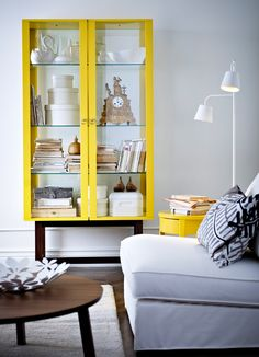 Armário amarelo STOCKHOLM com portas e prateleiras em vidro temperado