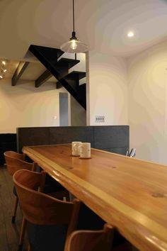 本来、柔らかい杉板をカウンターに用いることは、あまりおすすめしません。が、板目がキレイに出てくれて成功でした。 Conference Room, Table, Furniture, Home Decor, Decoration Home, Room Decor, Tables, Home Furnishings, Home Interior Design