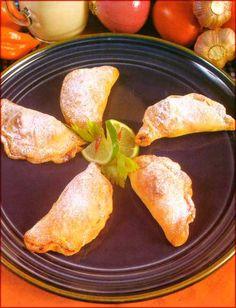 Empanadas de pollo: Ingredientes •1/2 kg. de pollo • 1 1/2 taza de cebolla picada •2 tomates, pelados y picados •1/2 taza de caldo de pollo •1 cucharadita de ajo molido •1 cucharada de aji verde picado •1/4 taza de aceite •Sal y pimienta al gusto Masa •2 tazas de harina sin preparar •2 cucharaditas  …  Continue reading →