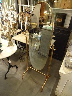 Elegant gammelt italiensk påklædningsspejl med vippefunktion. Spejlet et let og enkelt i formen og er fra 1950'erne. Perfekt til en tøjbutik!