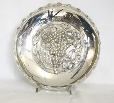Basket liberty in silver- sheffield . Shaped relief decoration on the bottom depicting a bunch of grapes with leaves. Edge driven by the grooves. Sign it by Walker & Hall, England, early twentieth century. Price: € 160. For more information: info@antiquariatoannadonati.com