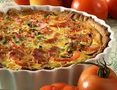 Hjemmelaget pai med spreke grønnsaker er noe som frister både store og små. Du kan lage den dagen i forveien og bare varme den opp før servering. Server godt brød til og ettermiddagen er reddet.