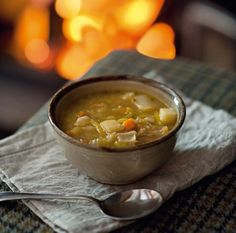 This soup, pronounced more like 'cowl', traditionally uses meat stock; its variation is only limited by whatever meats or vegetables are on hand. Welsh Recipes, British Recipes, Leek Soup, English Food, Soups And Stews, Soup Recipes, Welsh Food, Vegetarian Soups, Cymru