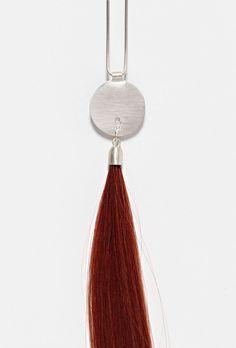 Sterling Silver Disk with Long Red Human Hair Lock par POLLY VAN DER GLAS-AU