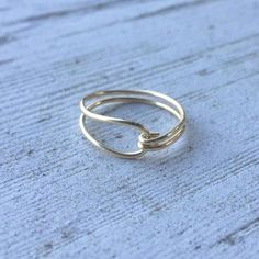 Items similar to Pretty Closed Loop Gold Wire Ring on Etsy – DIY Schmuck Ringe Wire Jewelry Rings, Wire Jewelry Designs, Wire Wrapped Jewelry, Ring Designs, Jewelry Art, Beaded Jewelry, Fine Jewelry, Abalone Jewelry, Fashion Jewelry