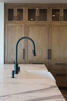 Cabinet color…Matte Black Kitchen Faucet with farmhouse sink and white marble … - Regal Selber Bauen Kitchen Countertop Materials, Kitchen Countertops, Black Marble Countertops, Kitchen Cabinets Light Wood, Dark Granite, Modern Interior Design, Interior Design Kitchen, Interior Colors, Interior Ideas