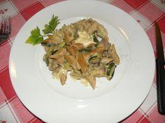 pasta gratinata alle zucchine e funghi........pasta integrale, zucchini con cipolla, funghi con aglio poi tolto l'aglio, besciamella, fontina,parmigiano e decorata con stelline di edamer