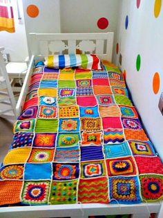 Pues si, cuando una dice que seЧашечка какао и шерстяной плед – Ярмарка Мастеров dedica a dar clases de ganchillo, la respuesta suele ser Quééé, c óóómo, g anchillooooo? Crochet Lego, Scrap Yarn Crochet, Crochet Home, Diy Crochet, Crochet Crafts, Crochet Projects, Love Crochet, Granny Square Häkelanleitung, Granny Square Crochet Pattern