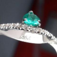 #Anello #oro #bianco #onda con #diamanti #smeraldo #taglio #goccia #lavorazione #artigianale #gioielliartigianali  #gioiellifattiamano #gioiellino #white #gold #ring #wave #diamonds #diamond #drop #shape #emerald #handmade #jewels #goldsmith #artistic #fashion #greenstone #followforfollow