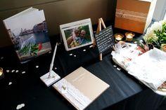 Déco et papeterie de notre mariage orthodoxe grec : le coin cadeau avec l'urne, le livre d'or et les livres photos