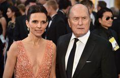 Robert Duvall, junto a su esposa, consiguiendo resaltar con una corbata delgada entre tanta pajarita.