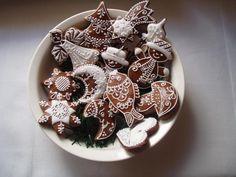Vánoční ozdoby - malé perníčky  Cena je za 10 ks,velikost 5 - 7 cm Tento výrobek není určen ke konzumaci,je pouze dekorační.