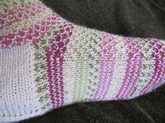 Kerran näin jossakin blogissa tosi nätit sukat, joissa oli erikoinen mallineule,sitä sanottiin siinä räjähtäväksi helmineuleeksi. En tiedä, ...