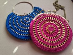 DIY: A couple of bags made from soda tabs by crocheting them together Soda Tab Crafts, Can Tab Crafts, Crochet Coin Purse, Crochet Purses, Pop Top Crochet, Pop Top Crafts, Pop Can Tabs, Tin Can Art, Soda Tabs