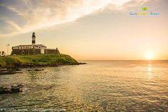 O pôr do sol no Farol da Barra é o mais famoso, um dos mais lindos e requisitados de Salvador.  Conheça >>> http://www.guiaviagensbrasil.com/blog/guia-completo-de-salvador/