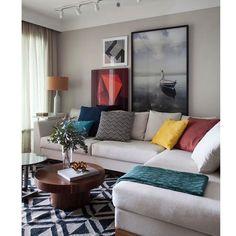 Living informal e colorido pelos detalhes. O tapete geométrico é uma forte tendência.