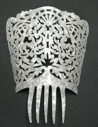mantilla comb Hey Bieber Mahone Payne & Stephanie Verde I wore one like this when I got married.still got it tucked away.in case anyone out there wants to borrow.just sayin Tiara Hairstyles, Vintage Hairstyles, Braided Hairstyles, Vintage Hair Combs, Barrettes, Circlet, I Feel Pretty, Hair Ornaments, Hair And Nails
