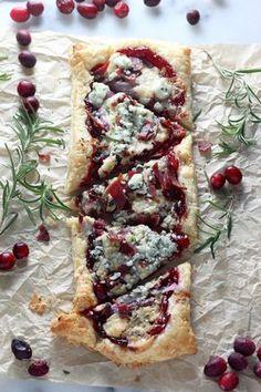 Bladerdeeg met veenbessensaus, gorgonzola en spek