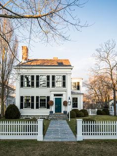 A Sag Harbor Gem by Steven Gambrel – % Thank you so much for weighing in on Saturday's post, I read your comments and was glad to see that many of you find upholstered walls just as intriguing. One reader in particular (thank you,… Upholstered Walls, Dream House Exterior, House Exteriors, Gambrel, Parking Design, Residential Architecture, Curb Appeal, Exterior Design, House Tours