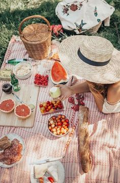 Picnic in Central Park. , Picnic in Central Park (By Tezza), Picnic Date, Summer Picnic, Summer Hats, Beach Picnic Foods, Comida Picnic, Italian Summer, Summer Aesthetic, Flower Aesthetic, Blue Aesthetic
