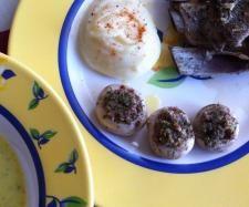 Crema de verduras, costillas con puré de patatas y champiñones rellenos.