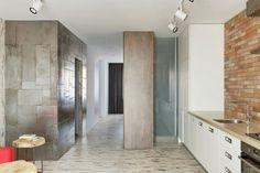 Junggesellenwohnung mit Holz und Stahl im Interieur