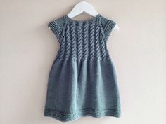 Vestido de niña, tejido a mano, vestido tejido, tejido de algodón, trenzado color gris - Babykleidung Girls Knitted Dress, Knit Baby Dress, Knitted Baby Clothes, Knit Cardigan Pattern, Sweater Knitting Patterns, Crochet Patterns, Girls Dresses, Flower Girl Dresses, Dress Girl