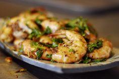 Les crevettes cuites de cette façon ne sont jamais sèches. Toute la saveur et le plaisir se trouvent dans les carapaces qu'on épluche … avec ses doigts! Ingrédients 3 c. à soupe huile d'olive 3 gousses d'ail, hachées 3 échalotes vertes, hachées 1 ½ lb (750g) grosses crevettes crues avec carapace 1 c. à soupe …