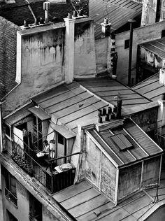 El fotógrafo húngaro vivió una década en París, en cuyo barrio latino fotografió estas azoteas en 1926.