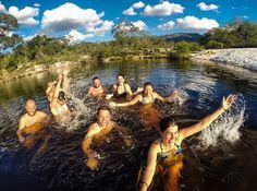 Final de semana chegou!  Quem tá feliz levanta a mão!   Essa foto é da nossa viagem ao Parque Estadual do Rio Preto no interior de Minas Gerais. Depois de fazer trilha aproveitamos para nos refrescar no Poço de Areia! (Maio/2016) #NerdsNoRioPreto #NerdsEmMG #BlogueirosPorMinas #TurismoMG #CircuitoDosDiamantes