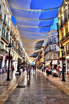 Malaga ,Calle Larios preparándose para el sol, el calor y la Feria de Agosto <3
